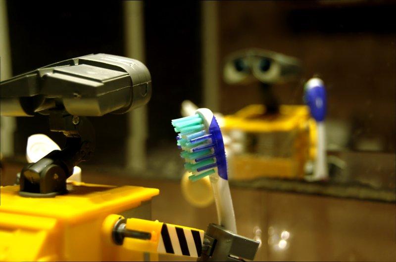 Muñeco de Wall-E con un cepillo de dientes