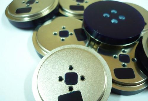 Botones hechos a partir de reciclar disquetes viejos de 1.44 megas.