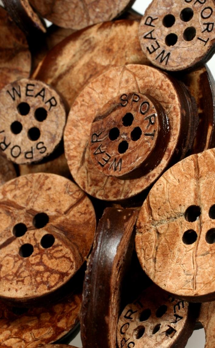 Botones hechos por Indubotón con cáscara de coco.