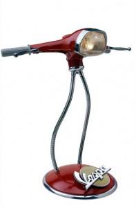 Lámpara reciclada hecha con piezas de una vieja Vespa