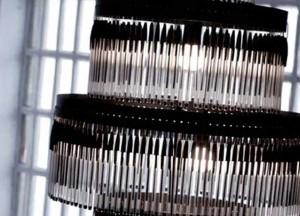 boli-bic-lampara-reciclada-hecha-con-boligrafos-bic-negros