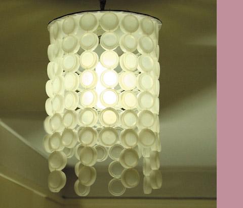 Lámpra hecha reciclando tampones de plásticao de botellas de agua.