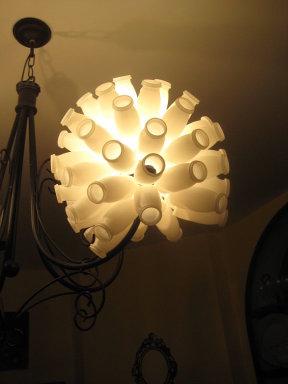 Lámpara hecha reciclando botes vacíos de Actimel