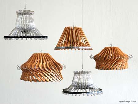 Lámparas recicladas hechas con perchas de madera y plástico