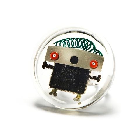 Robot en una burbuja. Una divertida joya reciclando tornillos y componentes electrónicos.