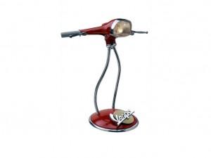 Lámpara reciclada hecha con el faro y otras piezas de una antigua Vespa