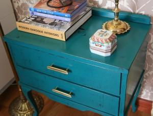 mesa auxiliar vintage pintada en azul