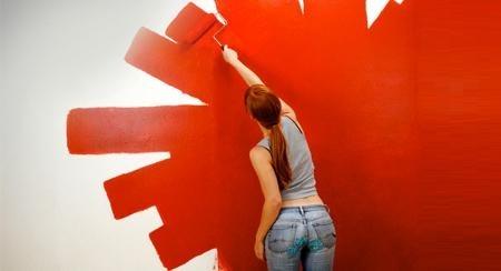 Chica pintando una pared con pinturas ecológicas. Fuente imagen: http://interiores.com/pinturas-ecologicas-y-aromaticas/