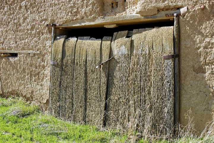 Puerta ecológica hecha con trillos.