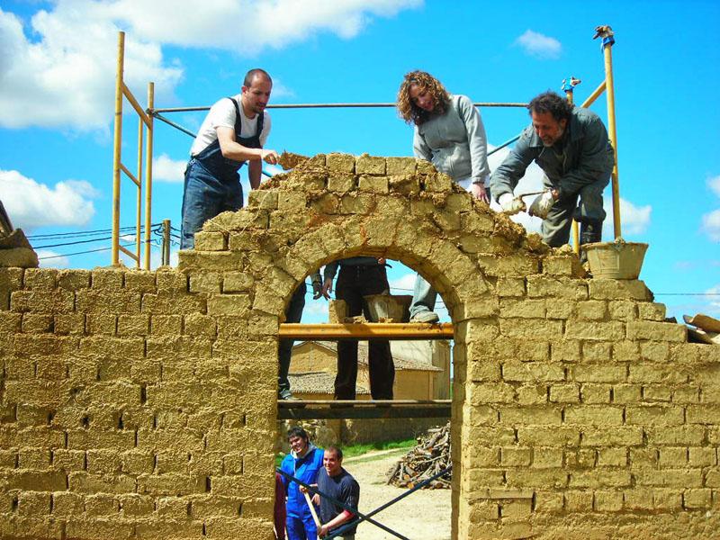 Proceso de construcción de una casa con tierra