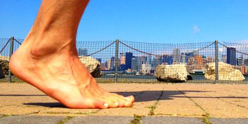 Runner corriendo descalzo o barefoot.