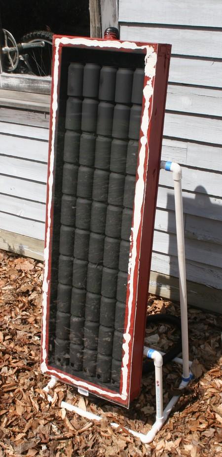 Calefacción ecológica hecha con botes de refresco, madera y tubos de plástico