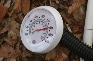 Termómetro de una calefacción ecológica hecha con materiales reciclados