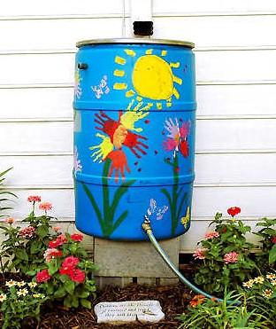 Barril para recoger agua de lluvia decorado con pinturas